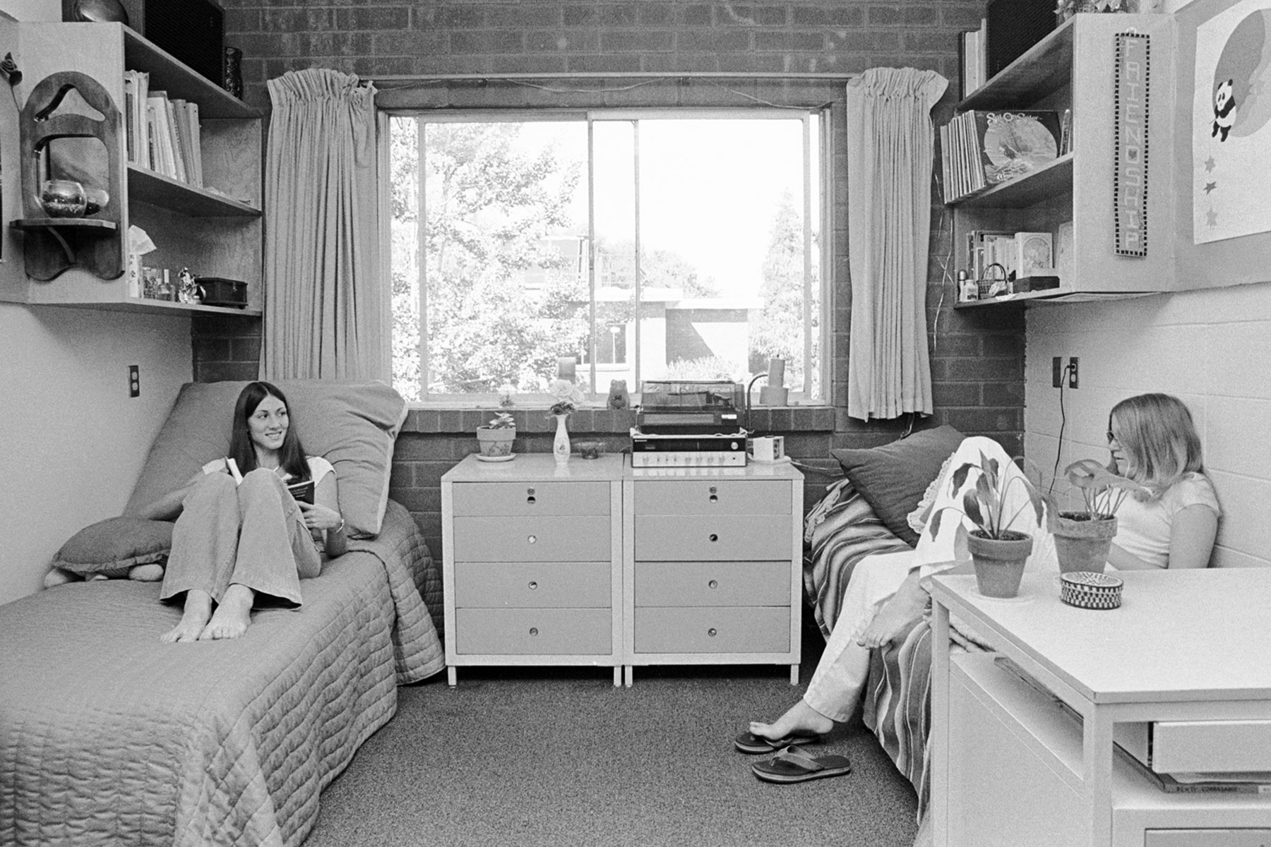 SJSU students at Washburn Hall in the 1970s.
